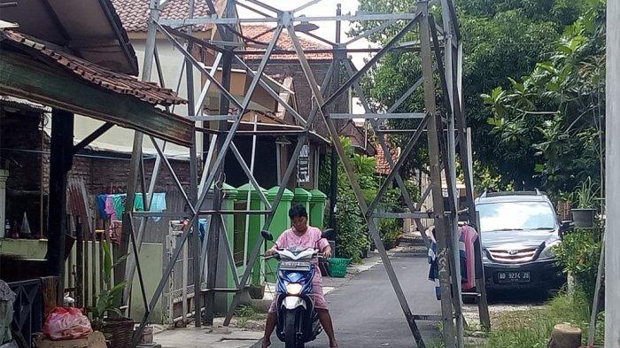 5 Fakta Tower Listrik di Tengah Jalan Perumahan di Solo, Tidak Dibongkar hingga untuk Jemur Pakaian