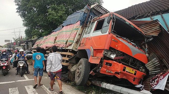 Rem Blong, Truk Muatan Asbes Seruduk Rumah Warga di Klaten, Teras dan Motor Tukang Ojek Rusak