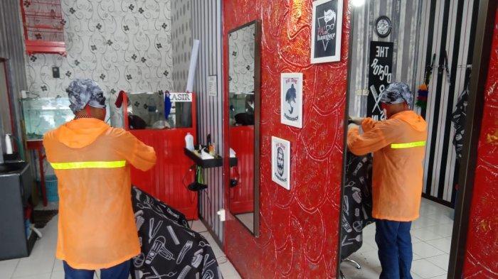 Tukang Cukur Unik di Kartasura, Kerja Jemput Bola dan Gunakan APD Lengkap Agar Tidak Tertular Corona