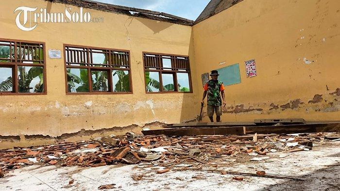 Sehari Menjelang Sekolah Tatap Muka,Atap SD di Sidoharjo Sragen Tiba-tiba Ambrol: Tak Ada Korban