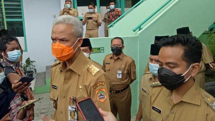Wali Kota Solo Gibran Rakabuming Raka saat bersama Gubernur Jateng Ganjar Pranowo saat melakukan sidak di sejumlah sekolah di Kota Solo, Senin (29/3/2021).