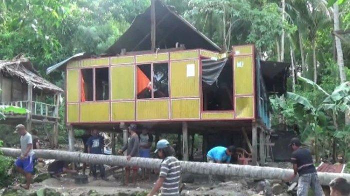 Rumah Lansia Rusak Tertimpa Pohon Kelapa Setinggi 40 Meter, Korban Diselamatkan Lewat Jendela