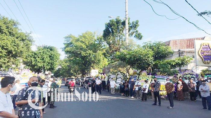 Potret Rumah Duka Pemilik Batik Danar Hadi di Solo Santosa Doellah : Banjir Karangan Bunga & Pelayat