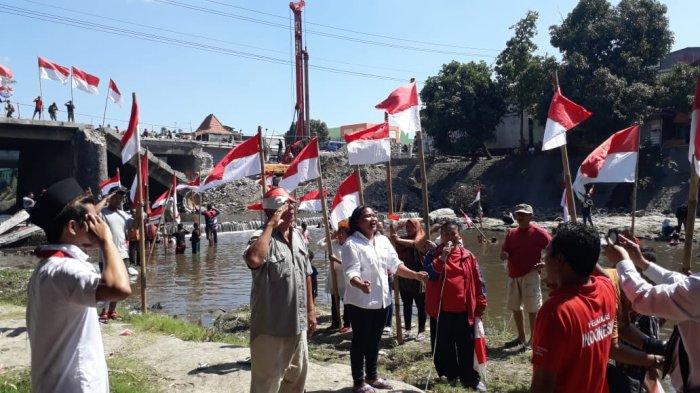 Puluhan Warga Desa Cinderejo Ikuti Upacara di Bawah Jembatan Kalianyar Solo