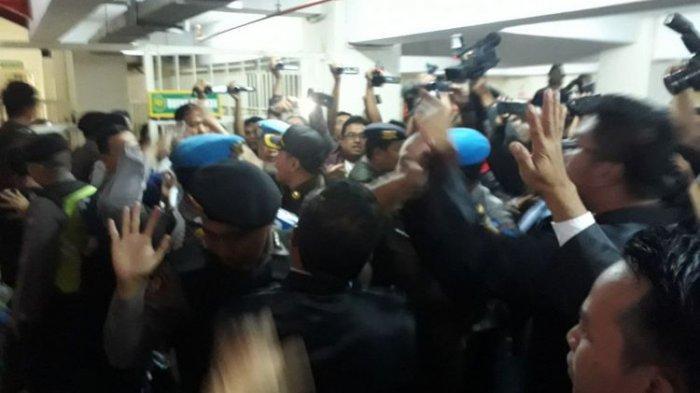 Jaksa Sempat Cekcok dengan Tim Kuasa Hukum Ahmad Dhani Usai Sidang di PN Surabaya