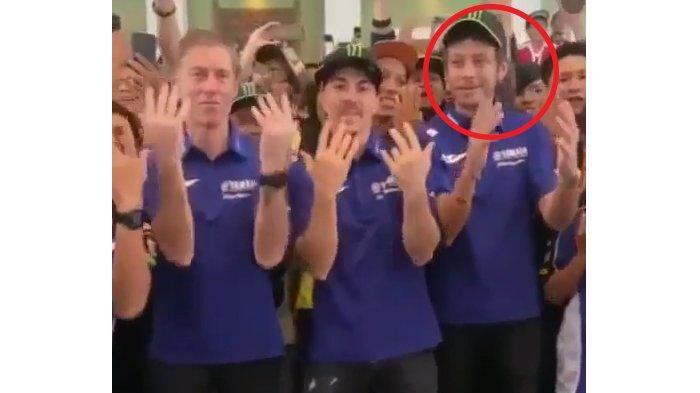 Viral, Ekspresi Wajah Valentino Rossi Saat Joget TikTok di Jakarta, Netizen Ngakak Lihat Vinales