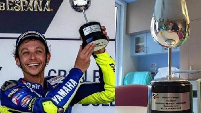 Menang GP Spanyol, Valentino Rossi Serahkan Trofi Kemenangan pada Lorenzo