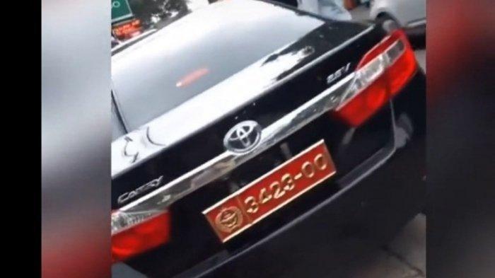 Viral Video Wanita Pamer Mobil Dinas Suaminya, Ternyata Pakai Plat Nomor Palsu, Begini Faktanya