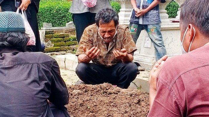 Ayah Korban Tabrakan Agra Mas: Libur Jualan karena Sakit, Kini Berduka Sang Anak Meninggal