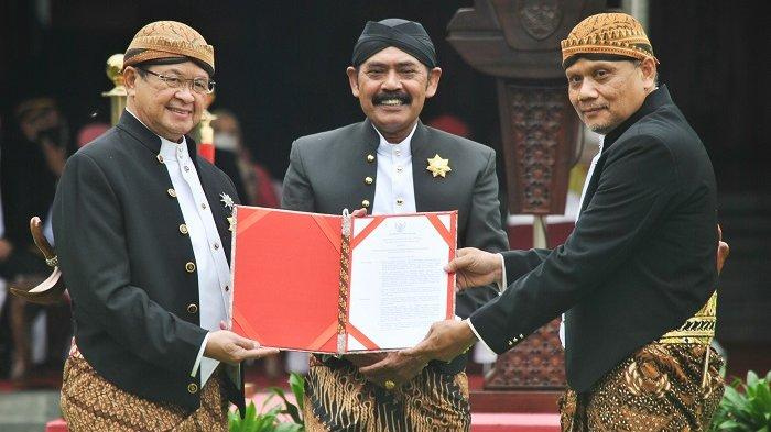Wakil Wali Kota Solo Achmad Purnomo bersama Wali Kota FX Rudy Hadyatmo menyerahkan surat Keputusan Gubernur Jawa Tengah Tentang Penunjukan Pelaksana Harian (Plh) Wali Kota kepada Ahyani, Rabu (17/2/2021).