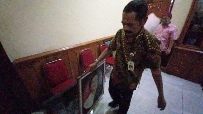Wali Kota Solo, Fx Hadi Rudyatmo menurunkan foto Megawati Soekarnoputri yang terpasang di kantornya, Selasa (16/2/2021).