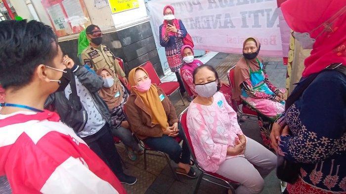 Cerita Pedagang Pasar Gede Solo Deg-degan Divaksin, Ditunggui Gibran Langsung