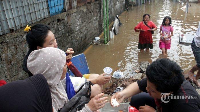 Anies Baswedan Sebut Anak-anak Senang Main saat Banjir, Menkes Ingatkan Bahaya Ini