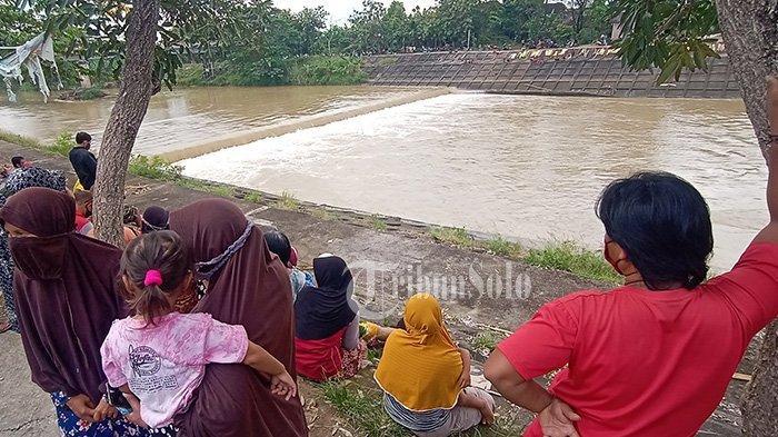 Pemuda Hanyut ke Sungai Bengawan Solo Seusai Pesta Miras di Sukoharjo, Warga Padati Lokasi Pencarian