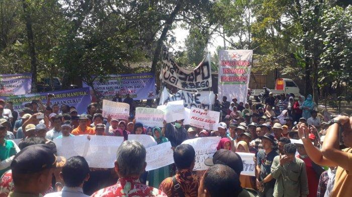Tolak Penambangan Pasir Warga Keposong Boyolali Berdemo Di Depan Kantor Kecamatan Tamansari Tribun Solo