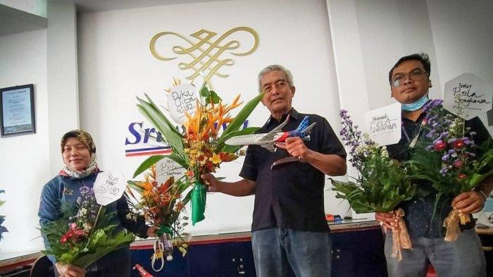 Warga Solo Berikan Karangan Bunga sebagai tanda Duka Cita di Kantor Sriwijaya Air Solo, Minggu (10/1/2021).