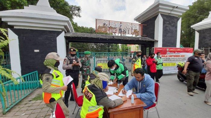 Warga terjaring razia karena tak pakai masker di kawasan Stadion Manahan, Jalan Adi Sucipto, Kecamatan Banjarsari, Kota Solo, Jumat (11/9/2020)