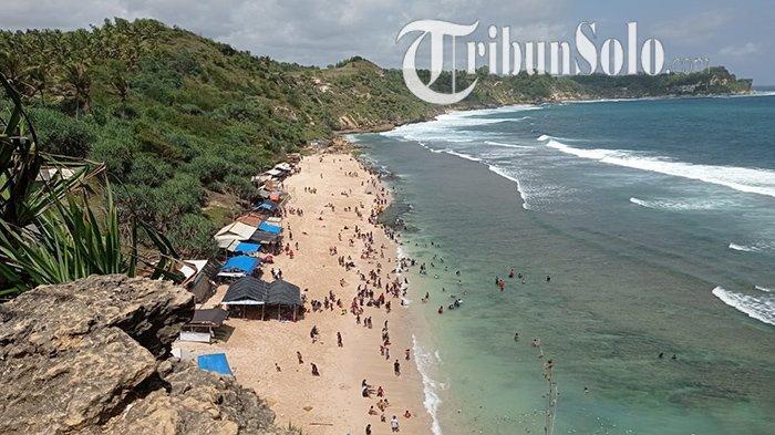 Wisatawan memenuhi garis Pantai Nampu di Dukuh Dringo, Desa/Kecamatan Paranggupito, Kabupaten Wonogiri, Minggu (10/10/2021).