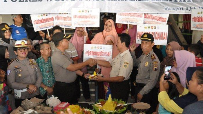 Polres Wonogiri Gelar Syukuran dan Potong Tumpeng untuk Peringati Hari Bhayangkara Bersama Warga