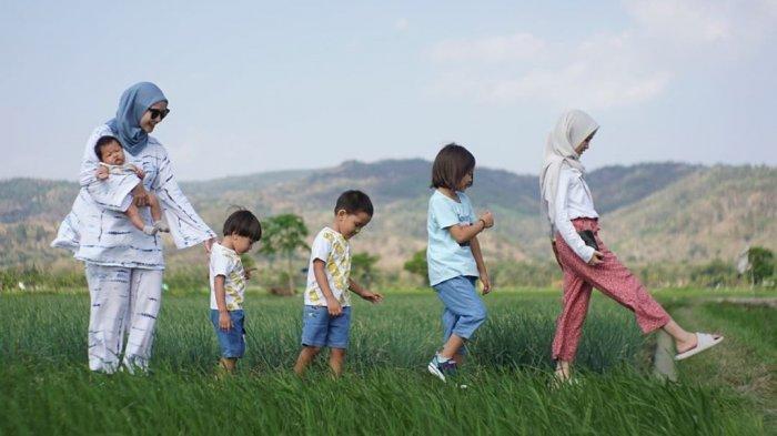 Zaskia Adya Mecca bersama kelima anaknya.