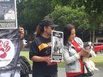 aktivis-membawa-seekor-anjing-saat-unjuk-rasa-di-depan-balai-kota-surakarta-kamis-2542019.jpg