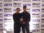 al-ghazali-dan-dul-jaelani-membawa-pulang-piala-billboard-indonesia-music-awards.jpg