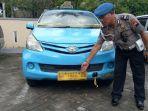 anggota-kepolisian-dari-polsek-grogol-saat-menunjukan-taksi-nopol-ad-1022-da.jpg