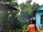 angin-ribut-di-klaten-berakibat-pohon-tumbang-yang-menimpa-rumah-milik-warga-rabu-2622020.jpg