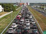 anteran-kendaraan-di-exit-tol-ngasem-tol-trans-jawa-ruas-solo-ngawi-kamis-662019.jpg
