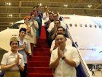 ari-askhara-kanan-bersama-crew-pesawat-garuda-indonesia-memberi-salam.jpg