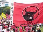 bendera-berukuran-raksasa-partai-demokrasi-indonesia-perjuangan-dikibarkan-di-kampanye-jokowi.jpg