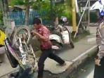 capture-video-viral-seorang-pria-marah-dan-banting-sepeda-motor.jpg
