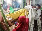 dagangan-makanan-kering-mereka-dengan-menggunakan-kain-kuning-dan-putih-di-pasar-gede-jal.jpg