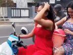dua-wanita-seksi-mandi-sambil-mengendarai-sepeda-motor.jpg