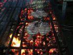 ikan-yang-tengah-dibakar-di-alat-pemanggang-milik-kios-idris-marsuki.jpg