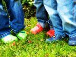 ilustrasi-anak-anak-memakai-sandal-karet_20170305_152737.jpg