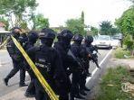 ilustrasi-pasukan-brimob-mengamankan-lok-teroris.jpg