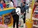 jan-ethes-saat-dibelikan-mainan-bersama-iriana-di-kidz-station-the-park-mall-solo-baru.jpg