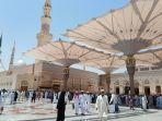 jemaah-tengah-berada-di-lingkungan-masjid-nabawi-di-kota-pali.jpg