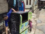 joko-bersihkan-almari-pascabanjir-melanda-rumahnya-rt04-rw11-sangkrah-pasar-kliwon-solo_20161130_154853.jpg
