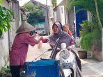 kakek-renta-penjual-lotis-trisno-suwito-91-melayani-pembeli-pertama-saat-akan-men.jpg