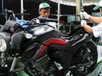 karyawan-pt-astra-honda-motor-sedang-merakit-sepeda-motor-new-honda-cb150-verza.jpg