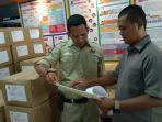 ketua-kpu-sukoharjo-nuril-huda-saat-mengecek-stok-logistik-di-kantornya-kamis-20122018.jpg