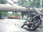 kondisi-motor-yang-tertimpa-tiang-listrik-di-jalan-mangun-sarkoro-jumat-632020.jpg
