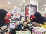 konsumen-memilih-baju-di-box-bertuliskan-merek-come_20180116_134428.jpg