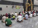 masjid-raya-al-fatah-ambon-shalat-magrib.jpg