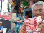 mbah-suroso-92-bersama-istrinya-parjiem-83-menunjukkan-uang-palsu-dari-pembeli.jpg