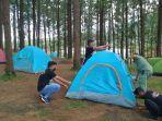 menyiapkan-tenda-karantina-bagi-pemudik-di-tengah-hutan-pinus.jpg