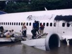 mesin-pesawat-b737-300-garuda-indonesia-di-anak-sungai-bengawan-solo_20170117_212613.jpg