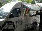 mobil-yang-dikonsep-untuk-menjual-aneka-kuliner-dalam-terminal-foodtruck-solo_20170617_132705.jpg